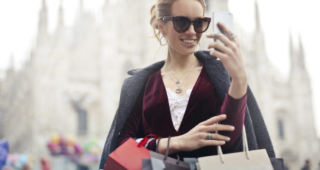 teen selfie shopping